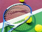 Tennisschläger auf Platz