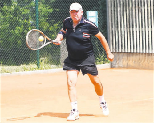 Alles im Griff: Der 70-jährige Gernot Jacob vom PTC Grünstadt gewann sein Spiel mit 6:1 und 6:3 – anfangs noch mit Mütze. FOTO:BENNDORF