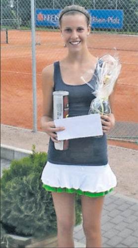 Überraschungssiegerin: Lara Drogosch vom PTC Grünstadt. Den Sekt bekam Mama. FOTO: BRINKMANN