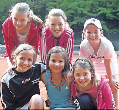 Glücklicher Tennisnachwuchs: die U12-Mädchenmannschaft des PTC Grünstadt. Hinten von links: AnnaMahler,Mira Hanauer und Christina Neczweicz. Vorn von links: Sophie Becker, MaraWolf und Lara Kroneberger. FOTO: PRIVAT
