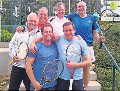 Freuen sich über den Aufstieg: die Herren 40 II des PTC Grünstadt. Hinten von links: Markus Heitz, Uwe Gibis, Philipp Mahler, Arno Schwarz. Vorn von links: Frank Gerstner und Matthias Ellebracht. FOTO: BRINKMANN
