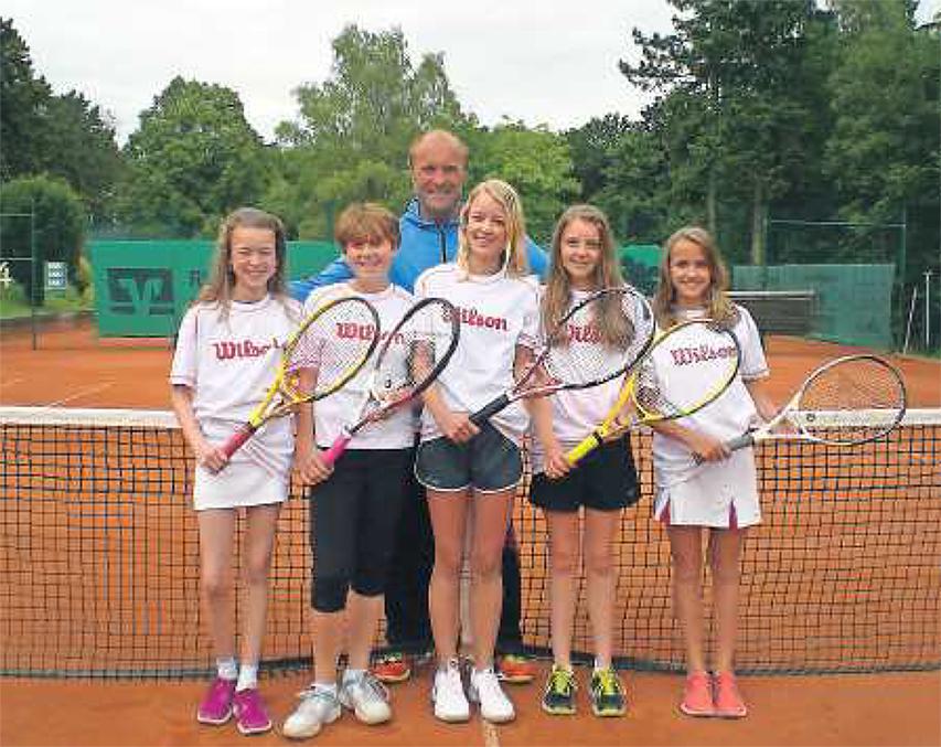 Die stolzen Aufsteigerinnen:Mira Hanauer, EmmaMattinger, Sina Kokkelink, AnnaMahler, Sophie Becker (von links), imHintergrund: TrainerMarc Brinkmann. FOTO:MBR