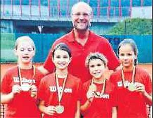 Christina Neczewicz, Lara Kroneberger, Klara Gehrmann, Mara Wolf (mit Trainer Marc Brinkmann) sind Pfalzmeister geworden. FOTO: PRIVAT